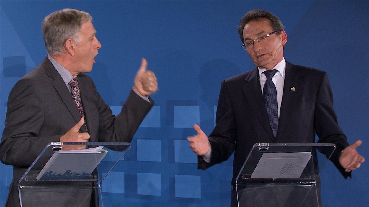 Le chef de Coalition Montréal, Marcel Côté, discute ferme avec son adversaire de Projet Montréal, Richard Bergeron.