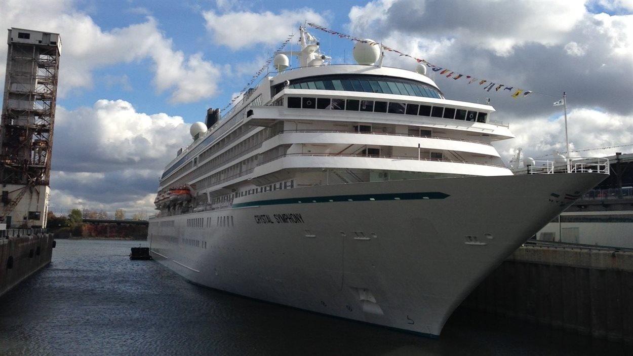 Un bateau au port de Montréal
