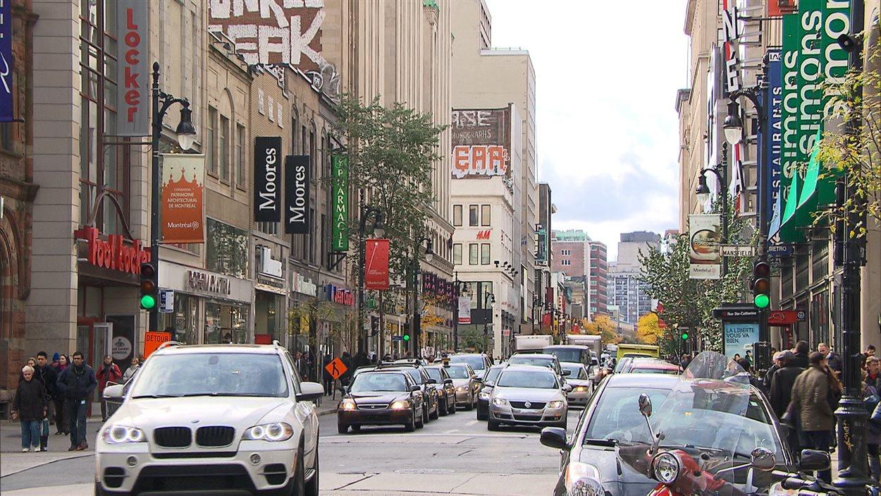 La rue Ste-Catherine est le coeur de la vie commerciale au centre-ville de Montréal.