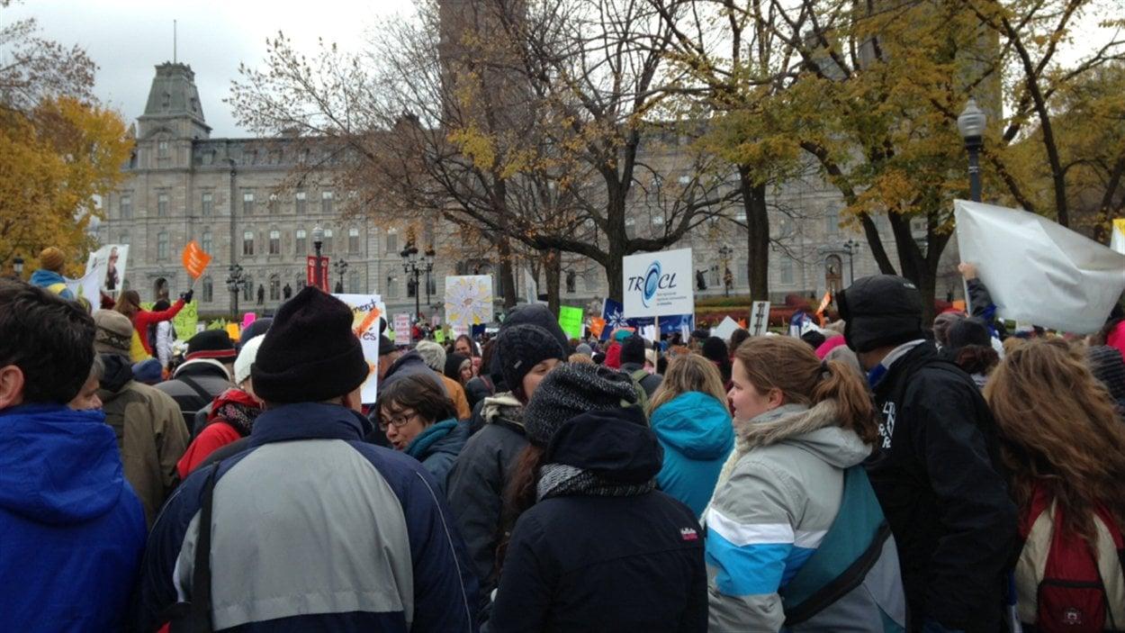 Les manifestants convergent devant le parlement.