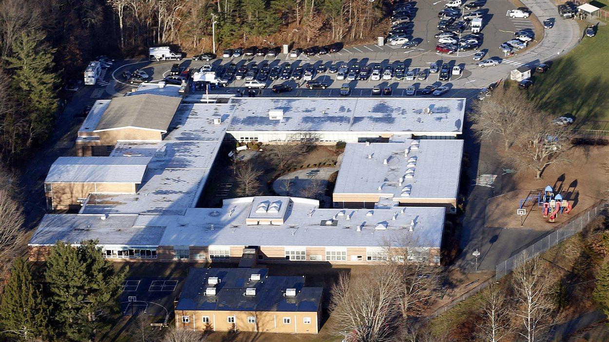 Vue aérienne de l'école primaire Sandy Hook, le jour de la tuerie du 14 décembre 2012