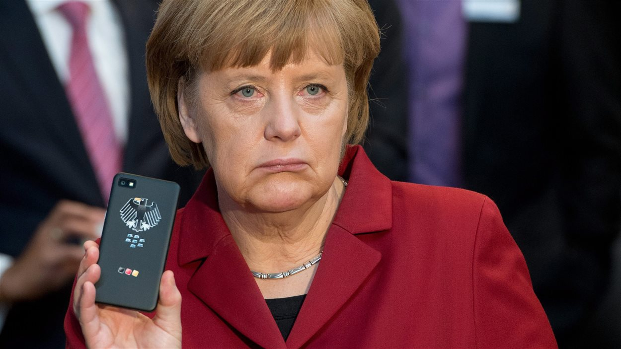 La chancellière allemande Angela Merkel et son téléphone portable, probablement mis sous écoute par la NSA
