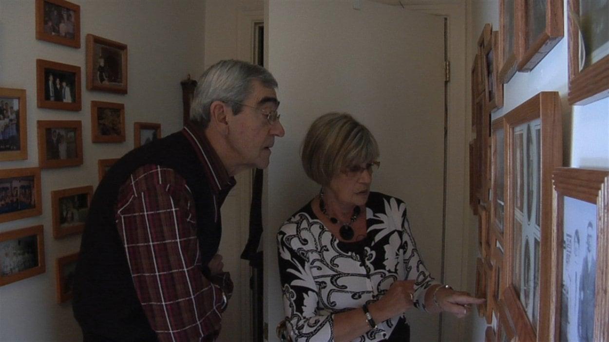 Claude et Claudette, dans leur maison tapissée de photos et de souvenirs