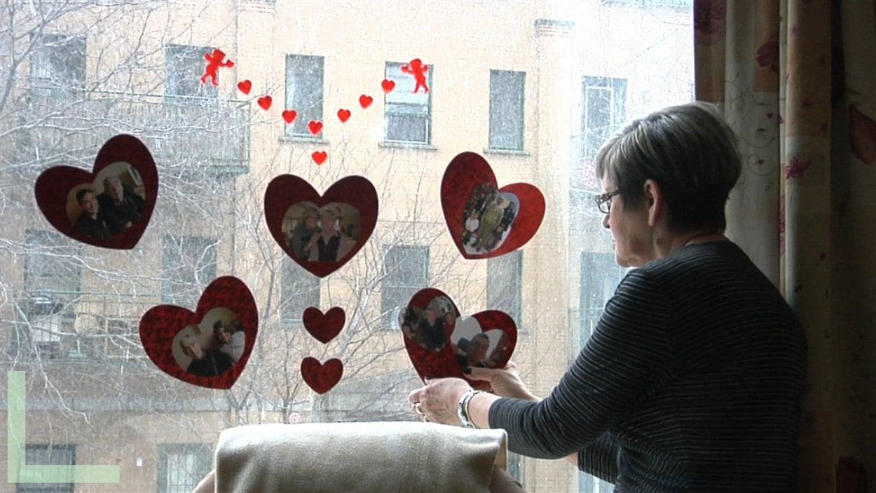 Claudette regarde photos et souvenirs de son histoire d'amour avec Claude
