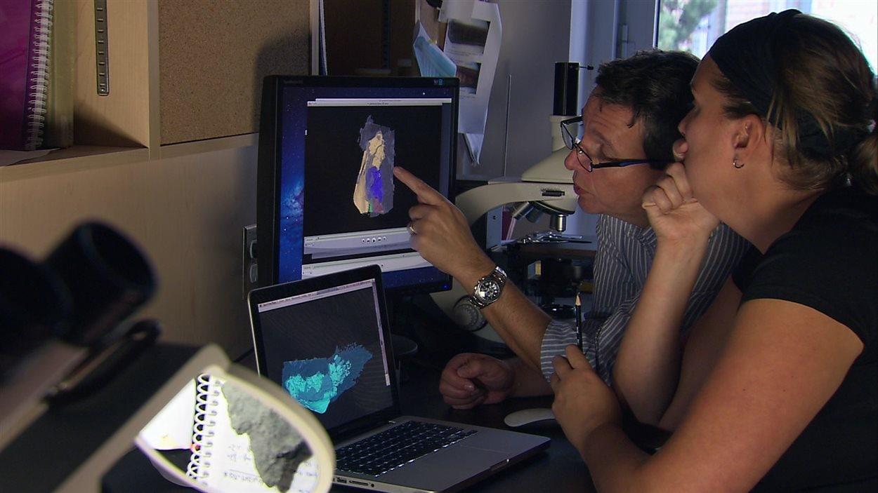 Le paléontologue Richard Cloutier et l'assistante de recherche Isabelle Béchard analyse les données recueillies lors de l'examen.