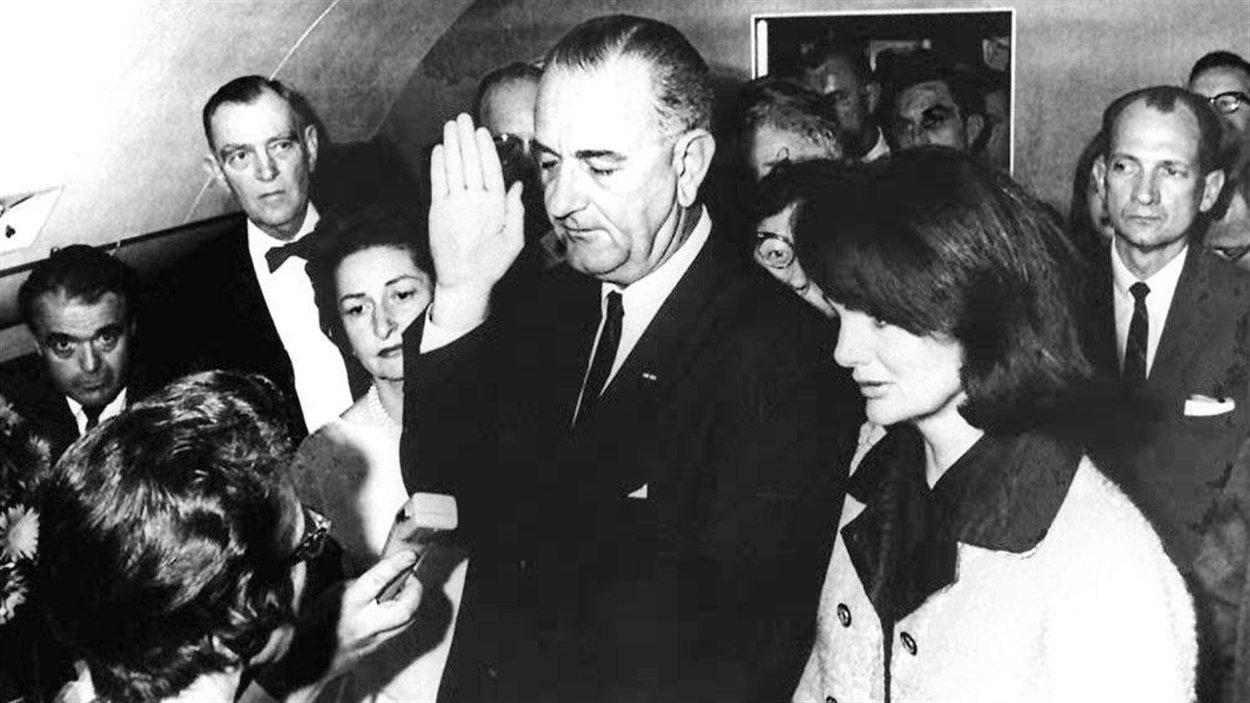 Le 22 novembre 1963, Lyndon B. Johnson prête serment aux côtés de Jacqueline Kennedy (à droite) et devient le nouveau président des États-Unis après l'assassinat de John F. Kennedy à Dallas.