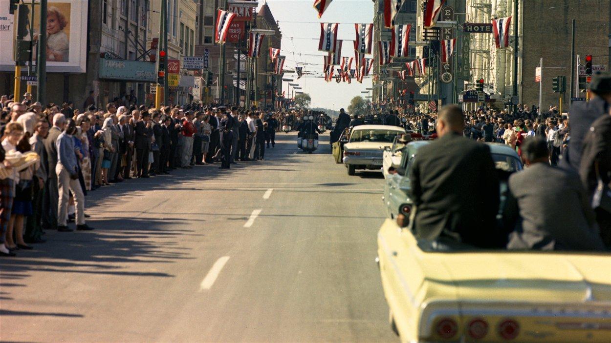 Le cortège du président John F. Kennedy à travers Dallas, au Texas, le 22 novembre 1963.