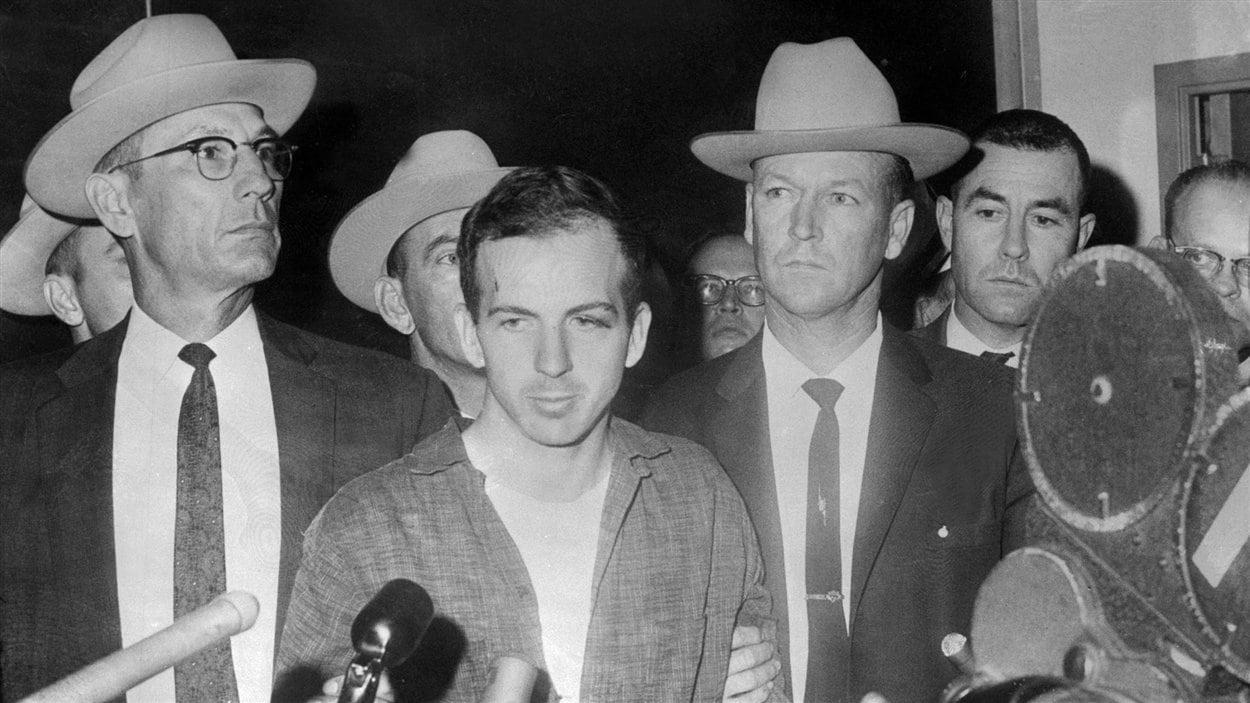 Lee Harvey Oswald, durant une conférence de presse le 22 novembre 1963 après son arrestation à Dallas.