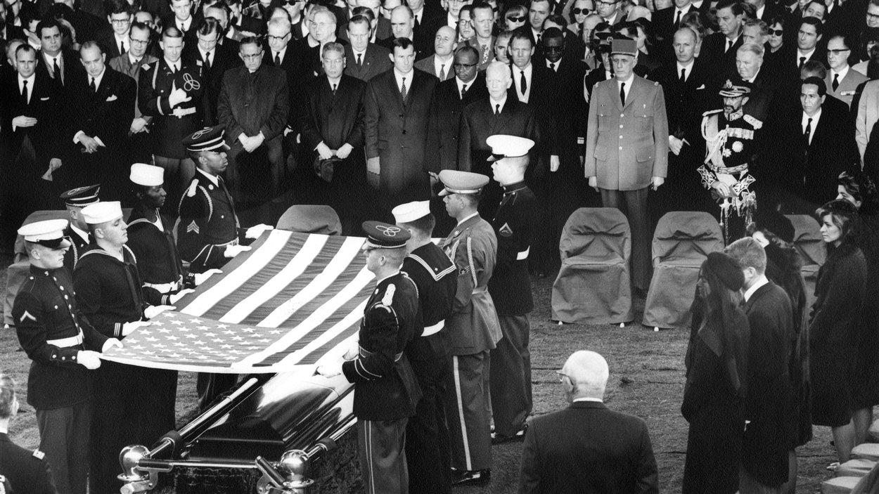 Le 25 novembre 1963, une cérémonie a lieu en mémoire du président John F. Kennedy au cimetière national d'Arlington, en Virginie.
