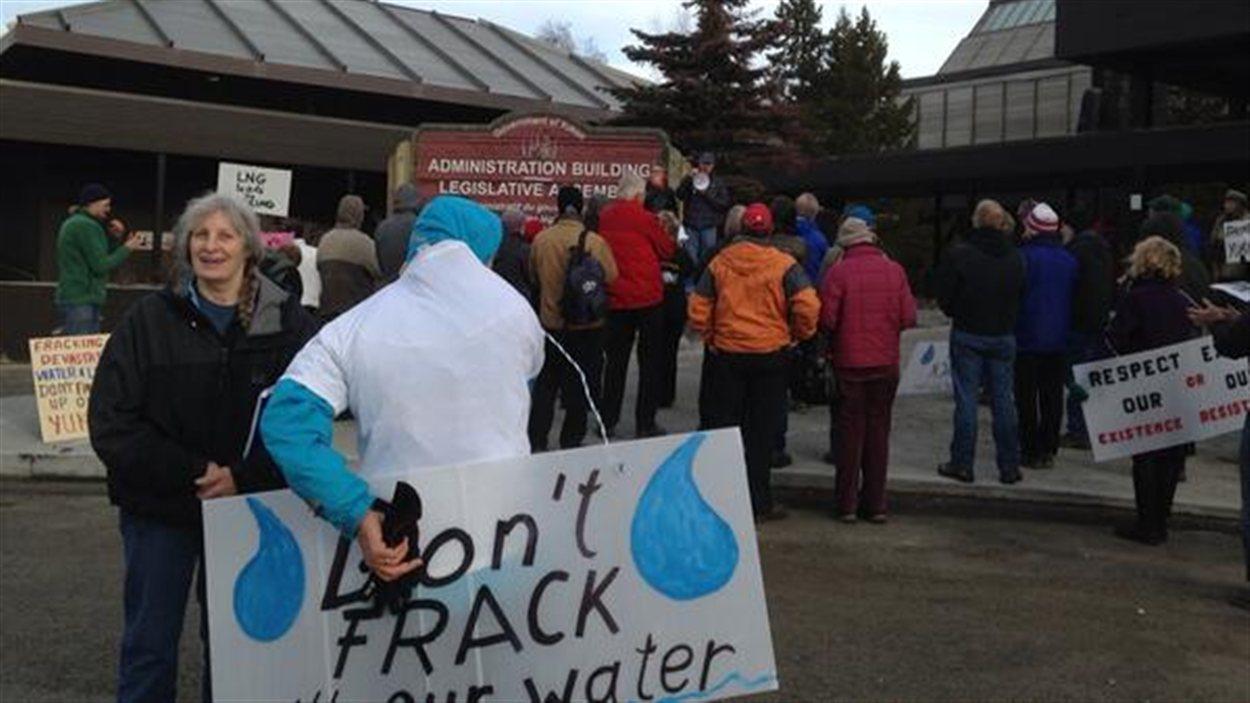 Des manifestants contre la fracturation hydraulique sont rassemblés devant l'Assemblée législative du Yukon.