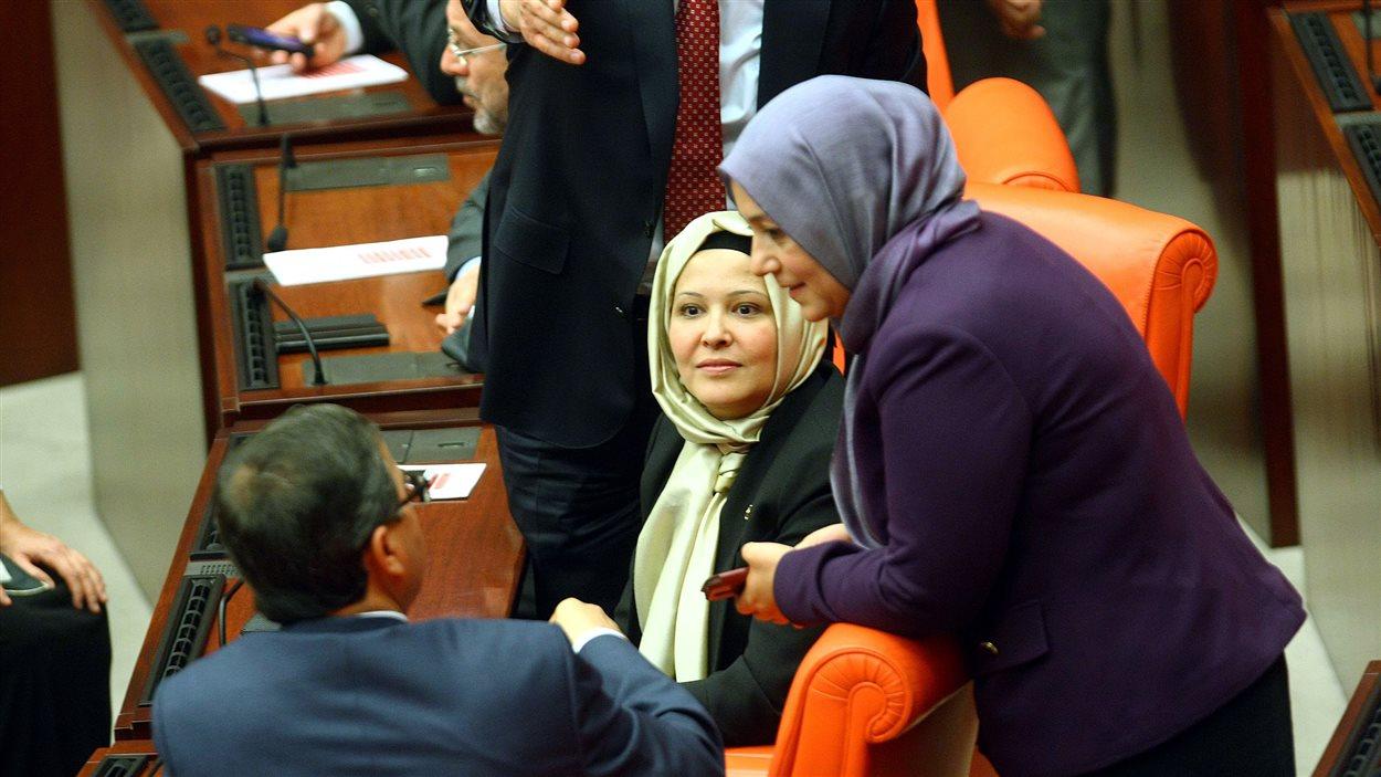 Les députées de l'AKP Nurcan Dalbudak et Sevde Beyazit Kacar se sont présentées voilées au Parlement turc.