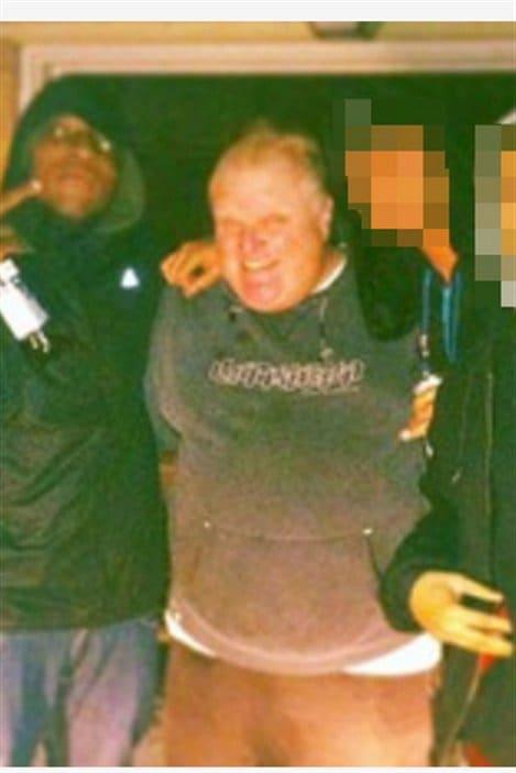 Rob Ford devant une maison servant au trafic de drogue, selon la police.
