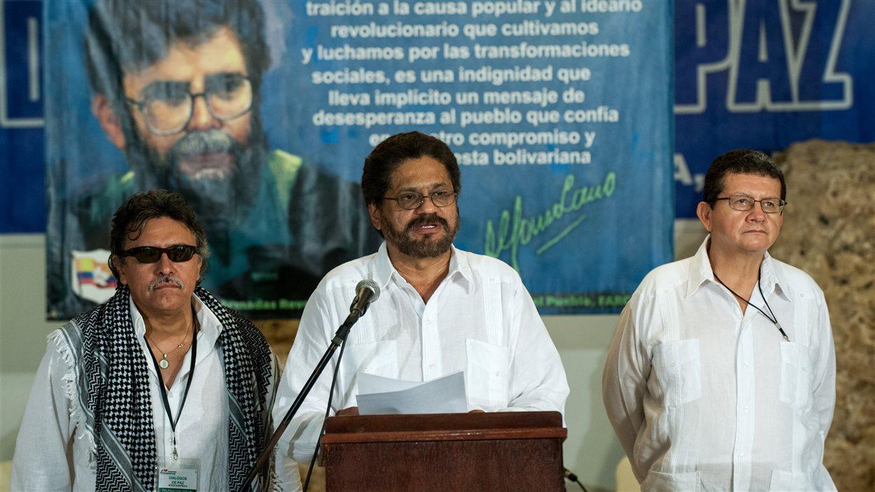Le commandant des Farc Jesus Santrich (g), Ivan Marquez (c) et Pablo Catatumbo (d) lors de l'annonce à Cuba mercredi