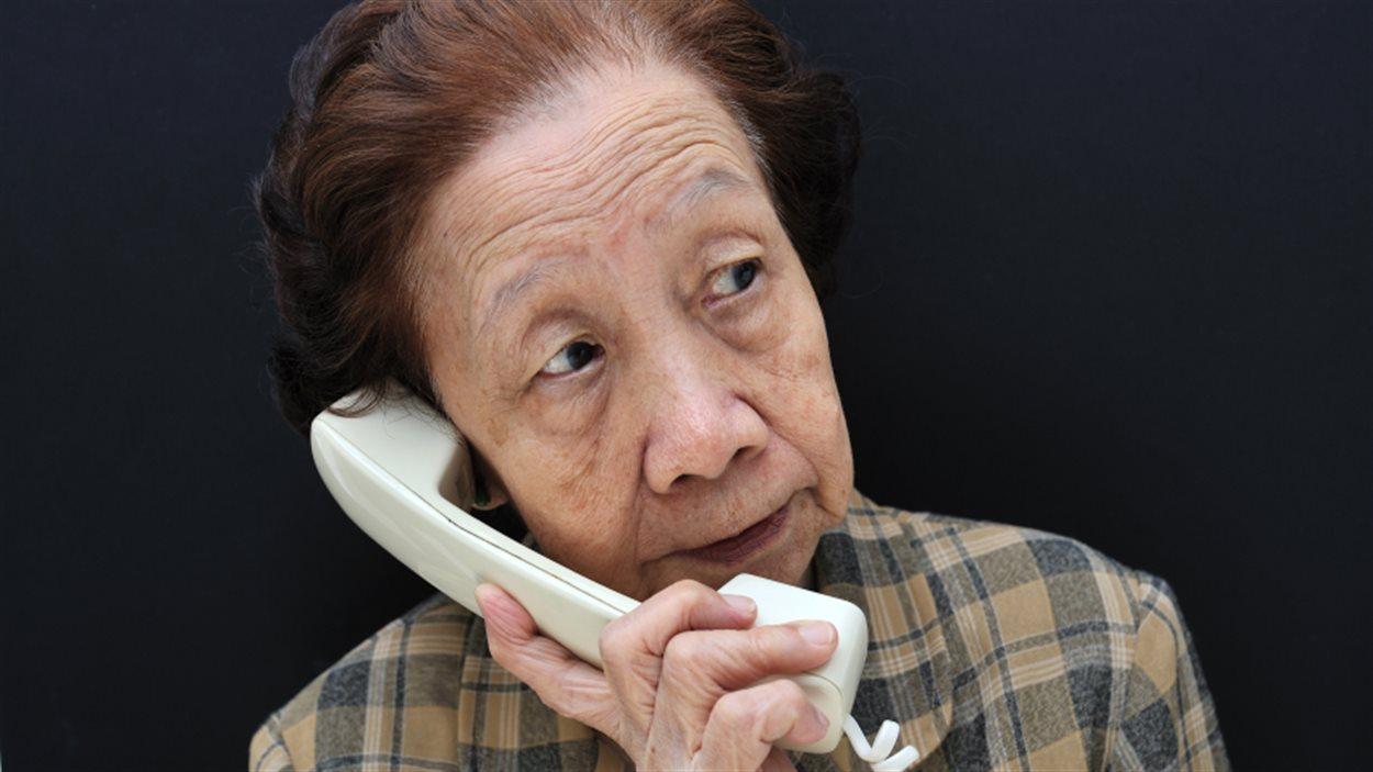 Une femme parle au téléphone