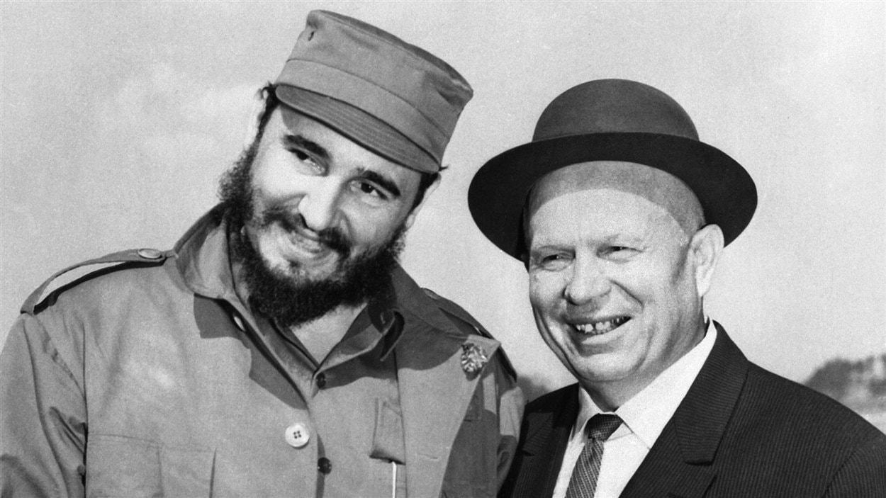 Fidel Castro, premier secrétaire du Parti communiste cubain, avec le dirigeant soviétique Nikita Khrouchtchev, à Moscou, le 6 mai 1963.