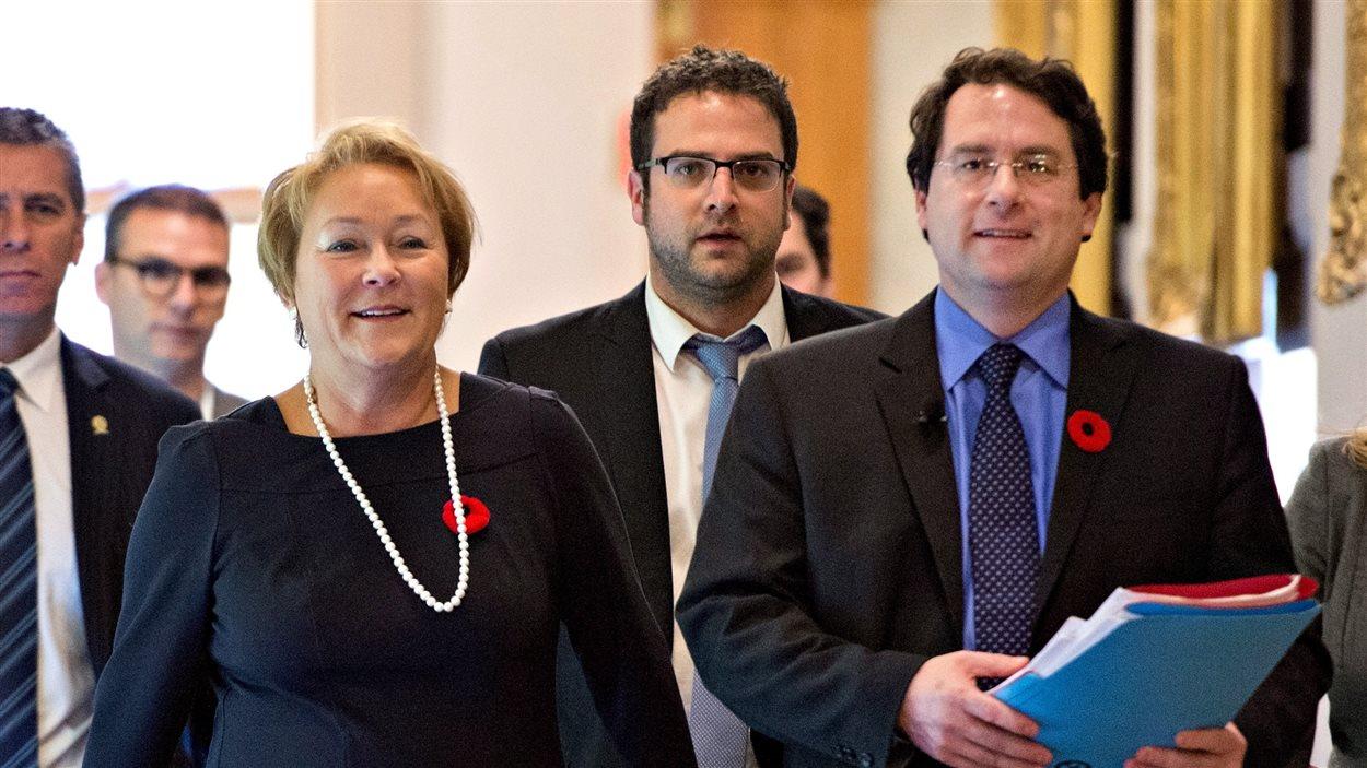 La première ministre Pauline Marois et le ministre responsable des Institutions démocratiques, Bernard Drainville, à l'Assemblée nationale, le 7 novembre