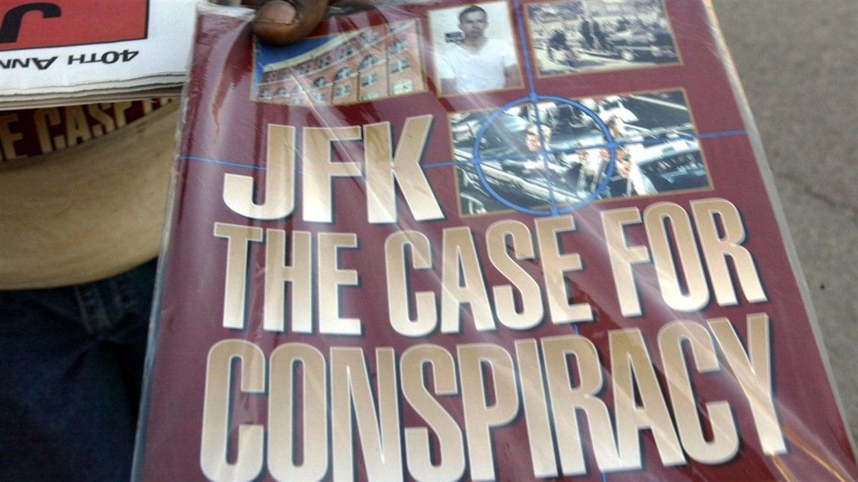 Un vendeur tient une publication intitulée «JFK : la preuve du complot», le 8 novembre 2003, au centre-ville de Dallas.