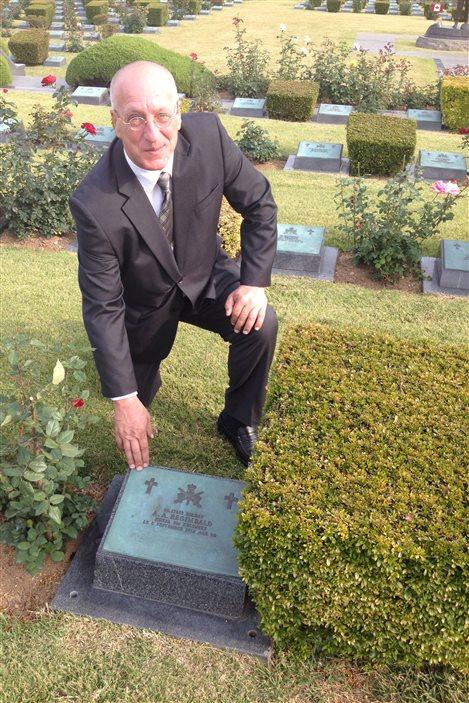 Leo Demay pose devant la tombe de son père biologique au cimetière mémorial des Nations Unies à Busan, en Corée du Sud, le 29 octobre 2013.