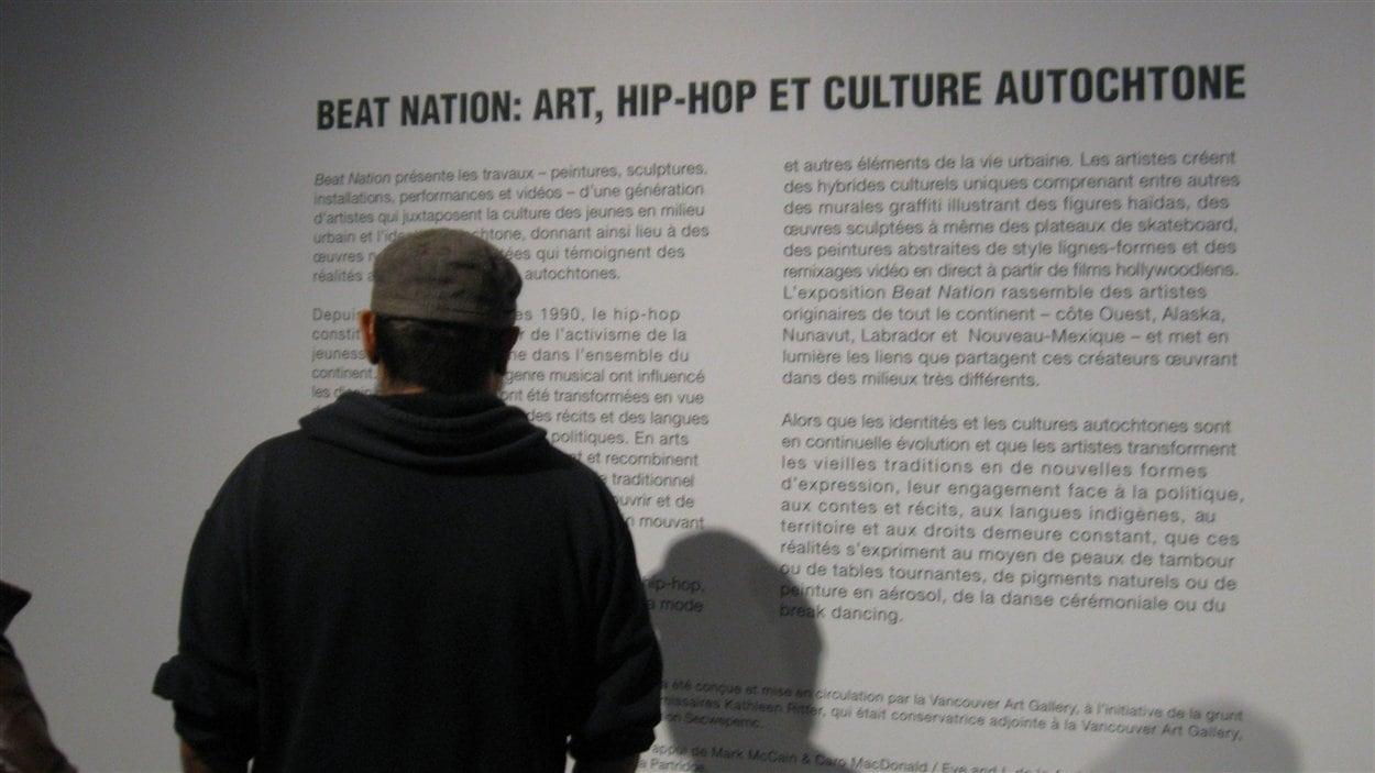 Un étudiant du collège Kiuna d'Odanak à l'exposition Beat Nation du Musée des beaux-art de Montréal