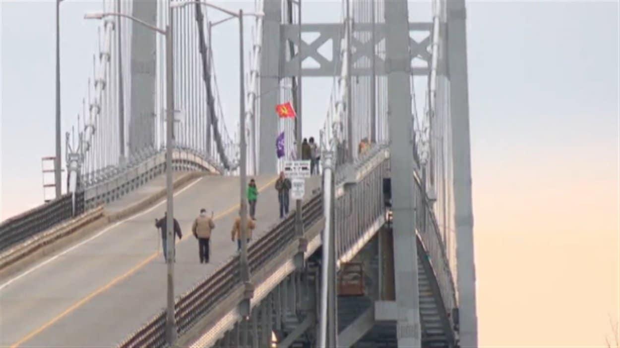 Les manifestants ont bloqué le Pont de la voie maritime pendant une heure