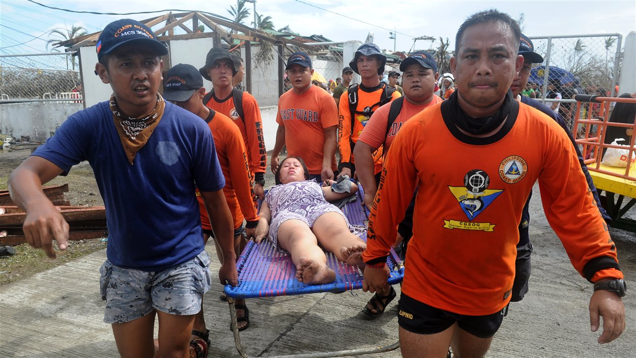 Des secouristes évacuant une femme enceinte sur le point d'accoucher
