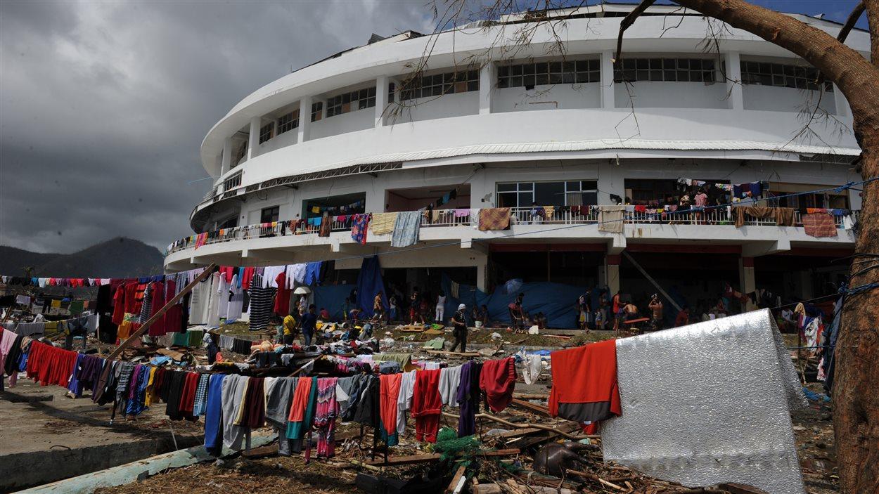 Un stade a été converti en refuge pour sinistrés.