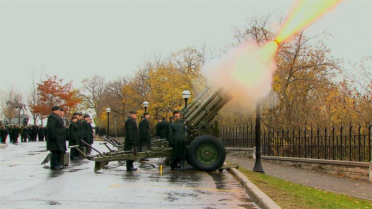 Tir d'honneur par une pièce d'artillerie.