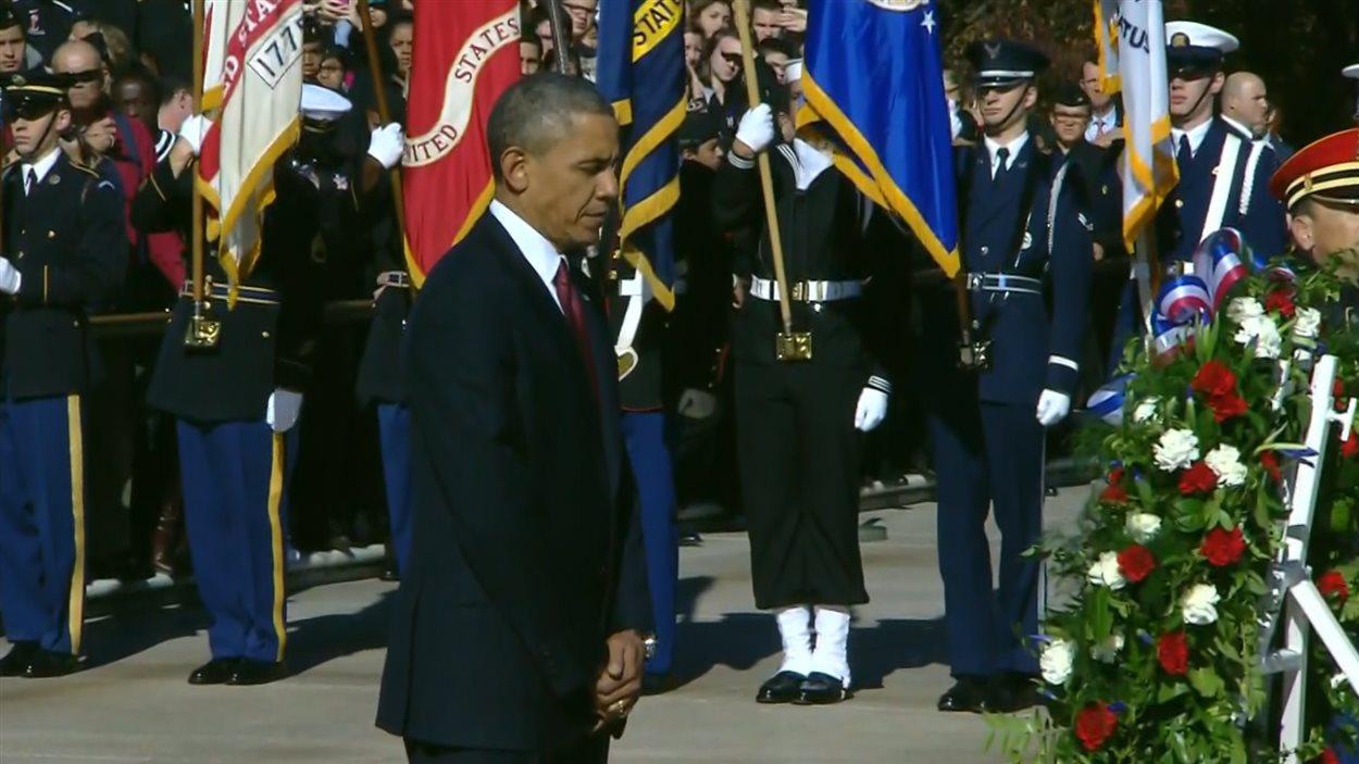 Le président américain Barack Obama se recueille après avoir déposé une couronne de fleurs à la mémoire des soldats disparus.