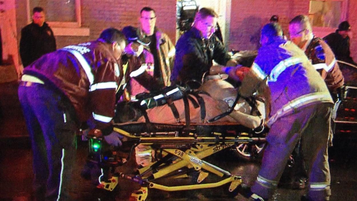 L'homme a été transporté à l'hôpital sur une civière.