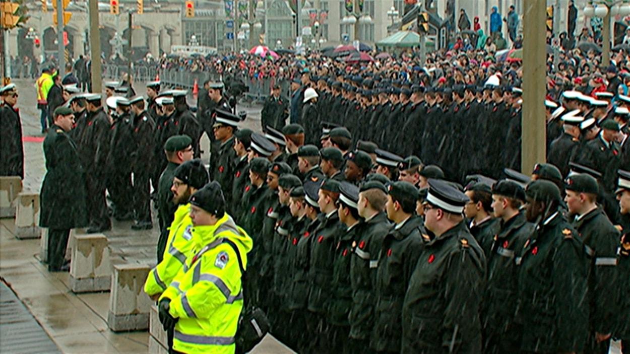 Les gens sont venus en grand nombre à la cérémonie au Monument commémoratif de guerre, à Ottawa.