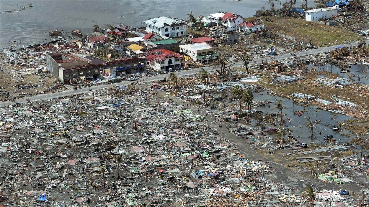 Vue aérienne d'une partie de la ville de Tacloban, complètement rasée par les flots déchaînés.