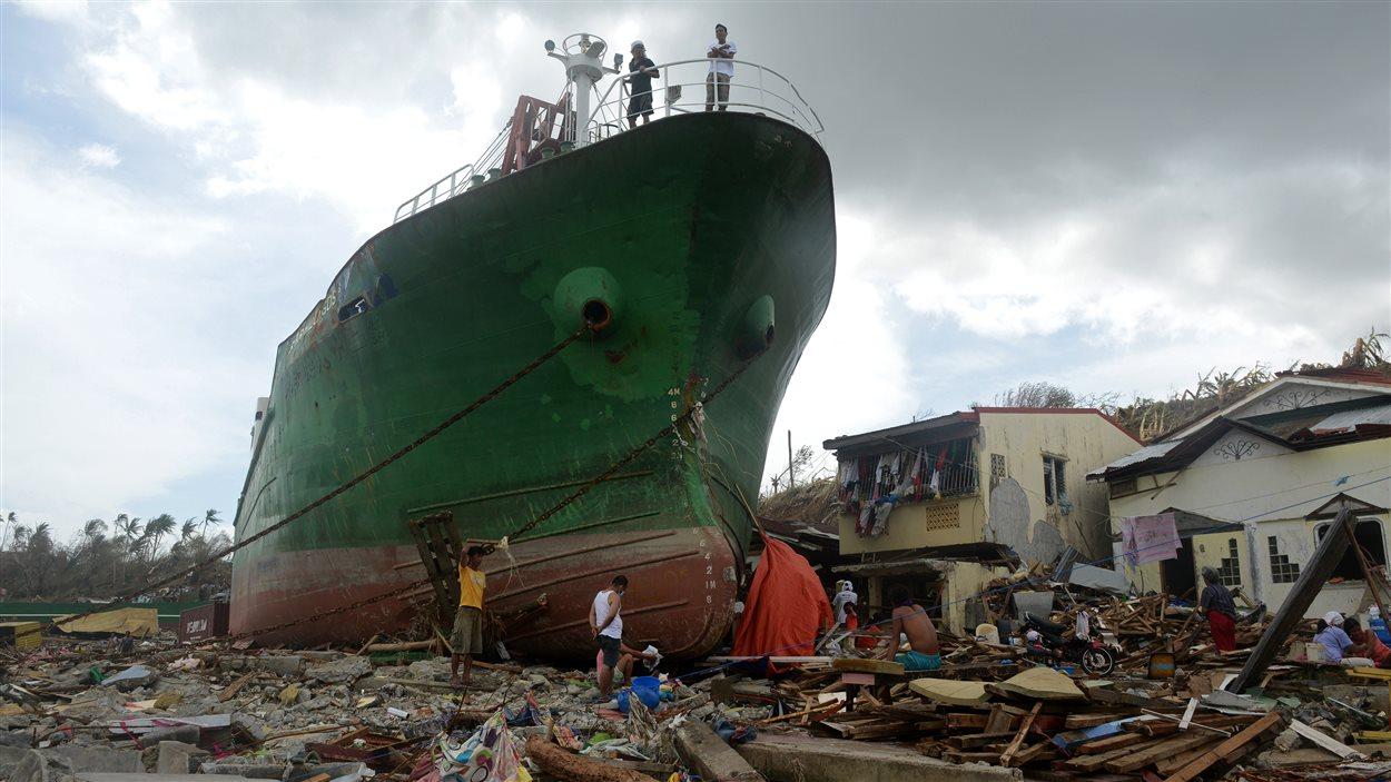 Un cargo a été transporté en pleine ville, à Tacloban, par les flots déchaînés.