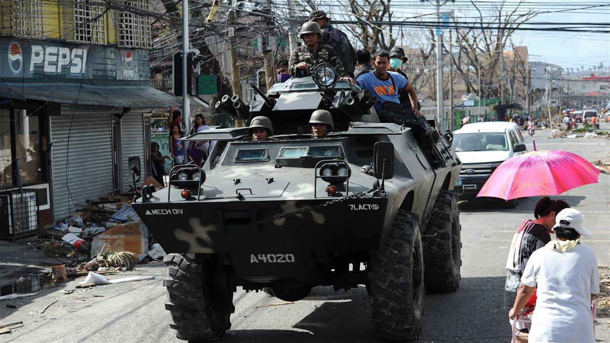 Un blindé de l'armée philippine dans les rues de Tacloban.