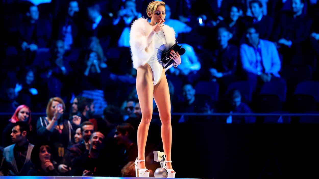 Miley Cyrus fume un joint sur scène au Pays-Bas