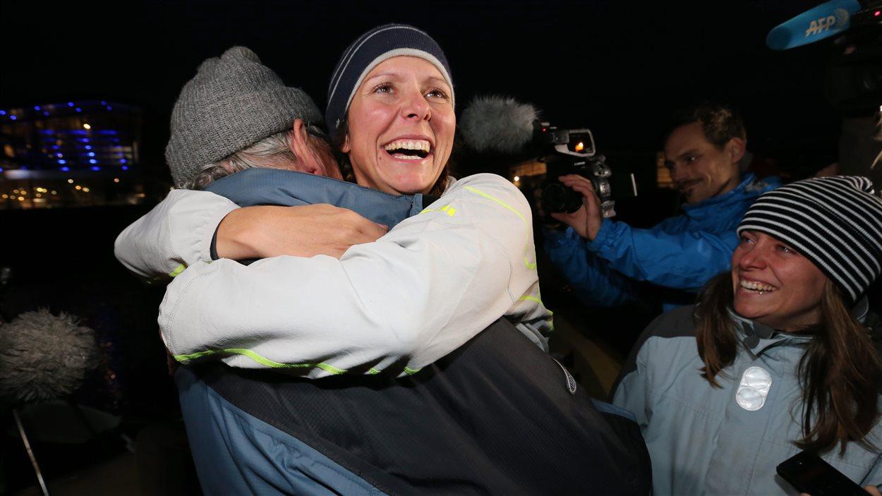 La rameuse montréalaise Mylène Paquette est accueillie par son père et sa soeur, à droite, à son arrivée.