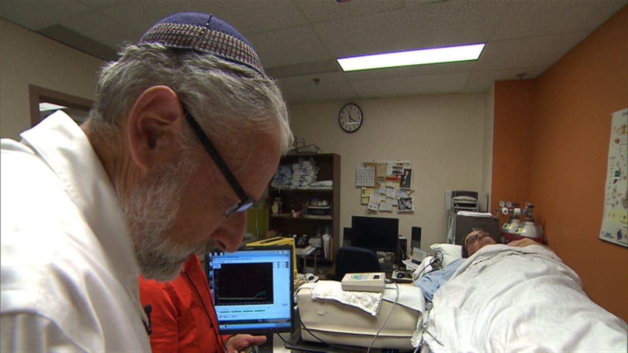 Le neurologue Ronald Schondorf, qui porte la kippa, estime que les signes religieux ostentatoires n'ont aucune incidence sur les relations entre les patients et le personnel hospitalier.