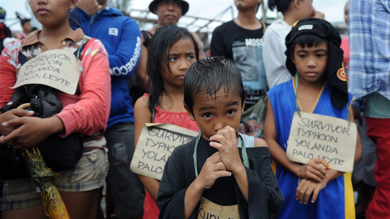 Des enfants attendent d'être évacués par avion.