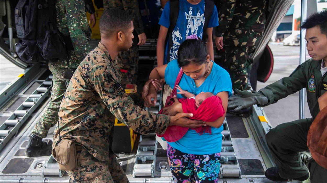 Des militaires américains et philippins travaillent pour aider les sinistrés.