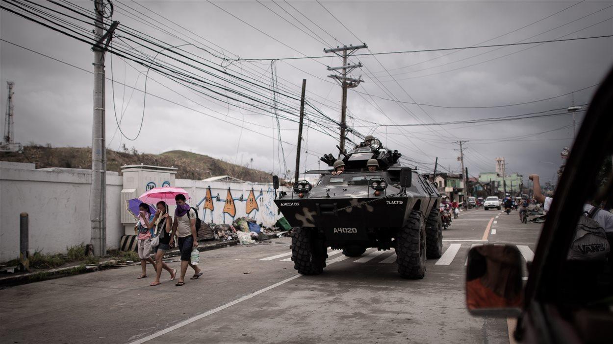 Un véhicule blindé patrouille les rues de Tacloban.