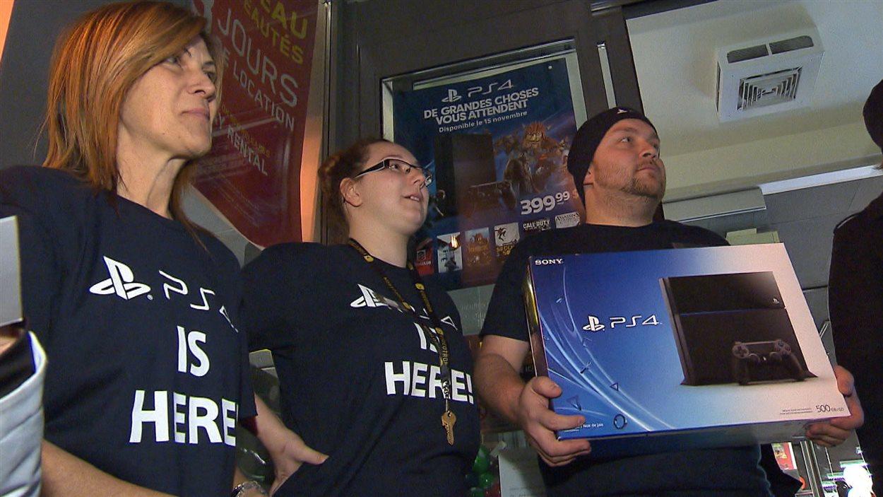Des employés d'une boutique montréalaise avec la PS4