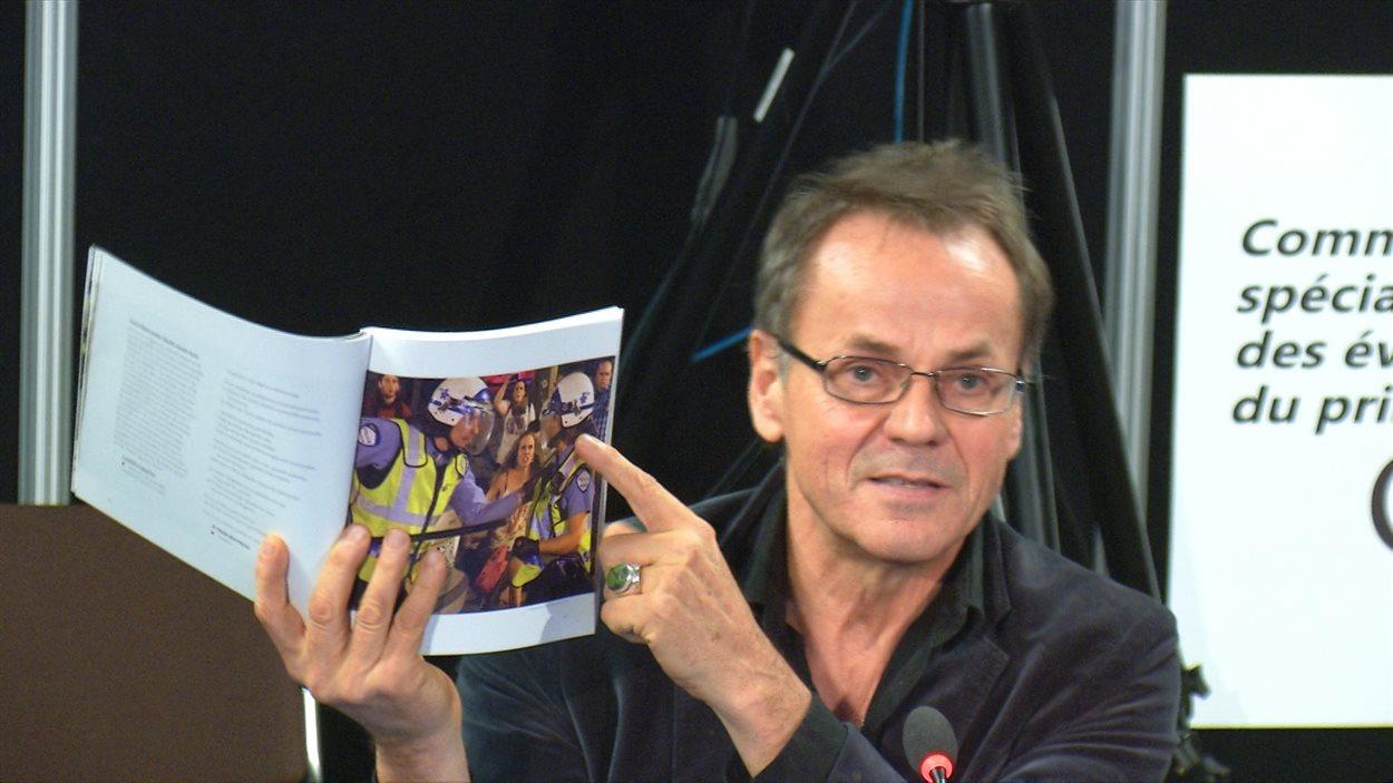 Le photographe de presse Jacques Nadeau a montré certaines de ses photos à la commission