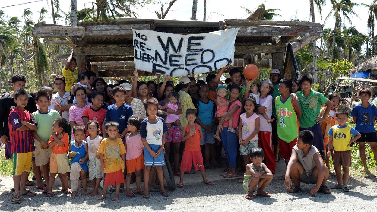 Dans la province de Samar, au centre des Philippines, des survivants réclament de l'aide. « Nous avons besoin de nourriture », dit la banderole fait main.