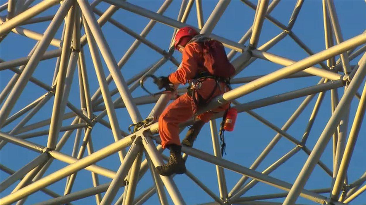 Trois grimpeurs de Greenpeace ont ciblé la Biosphère de l'île Notre-Dame.