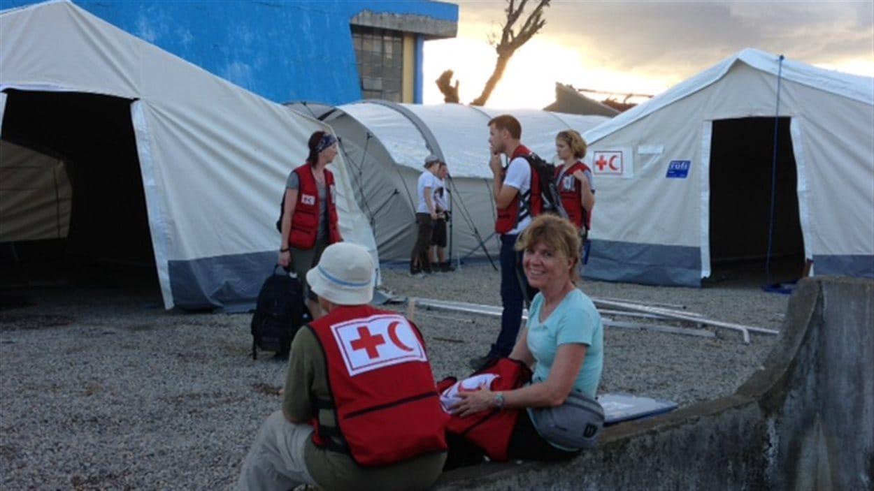 La médecin Danielle Perreault contribue à l'aide canadienne à Ormoc.