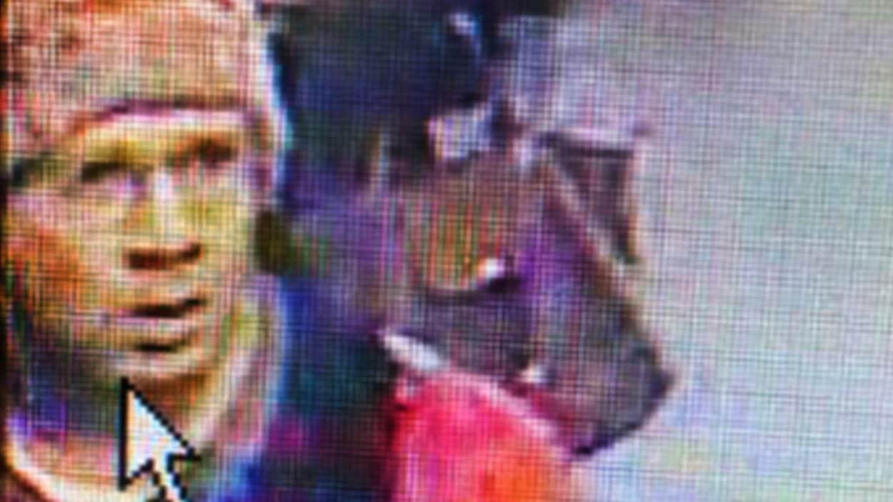 Cette photo prise par une caméra de surveillance dans le métro de Paris le 18 novembre et diffusée par les autorités policières montre le tireur présumé