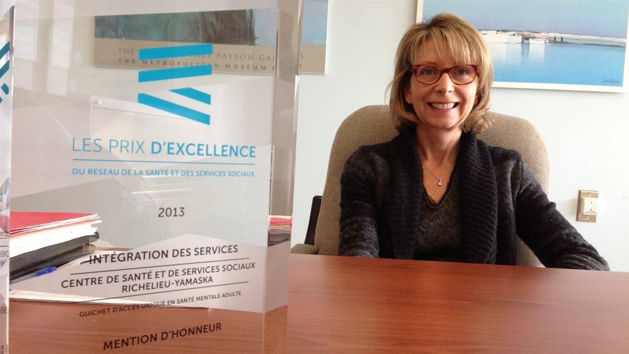 Le prix reçu par le CSSS Richelieu-Yamaska trône sur le burau de la chef du département de psychiatrie de l'hôpital Honoré-Mercier, Dominique Croteau