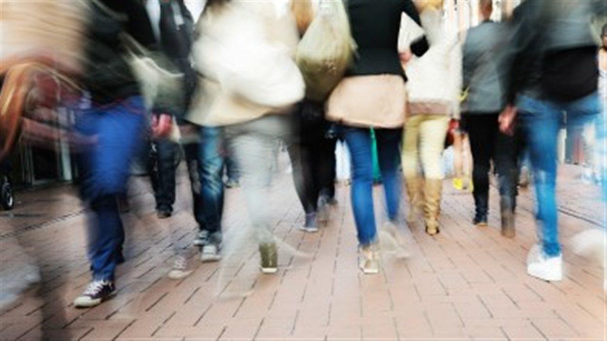 Des jeunes marchent dans la rue