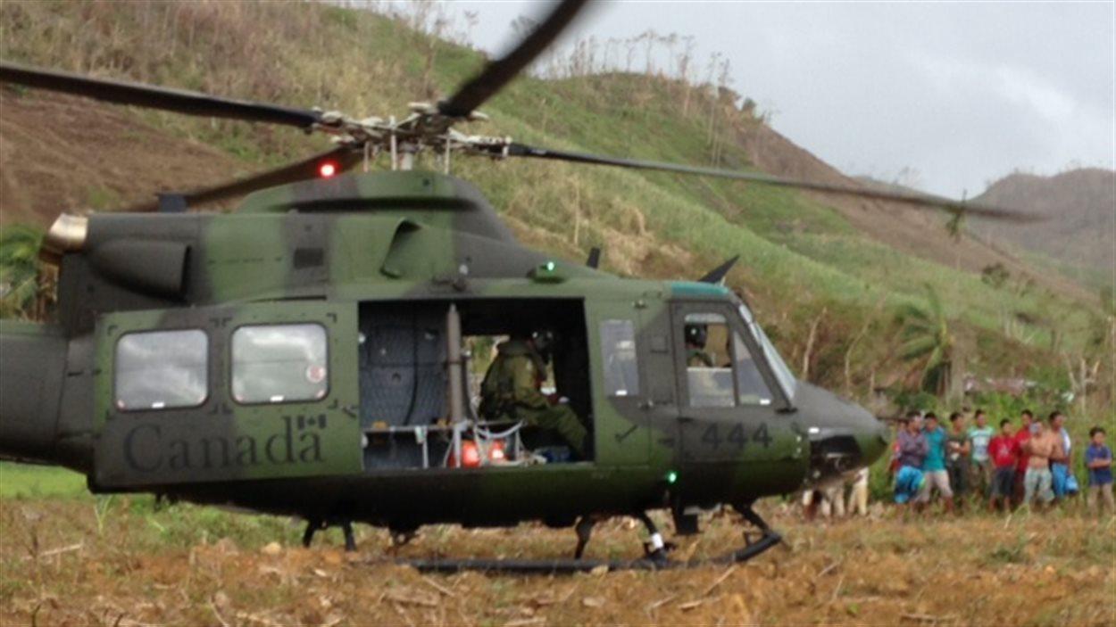 Un hélicoptère des Forces canadiennes déployé aux Philippines
