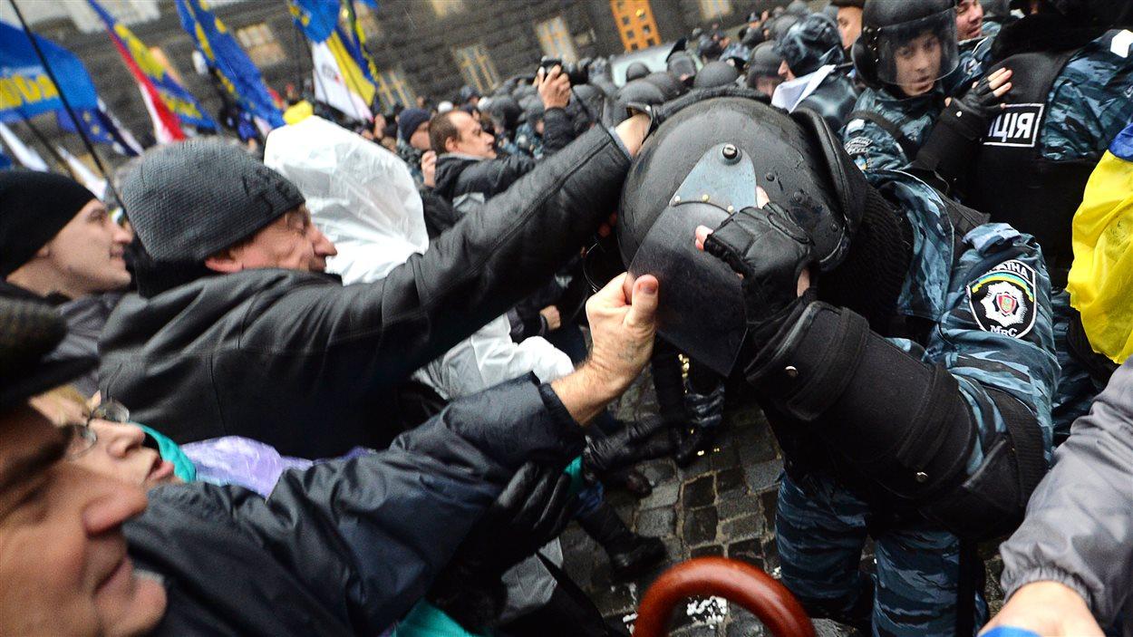 Des affrontements ont eu lieu devant le siège du gouvernement ukrainien à Kiev.