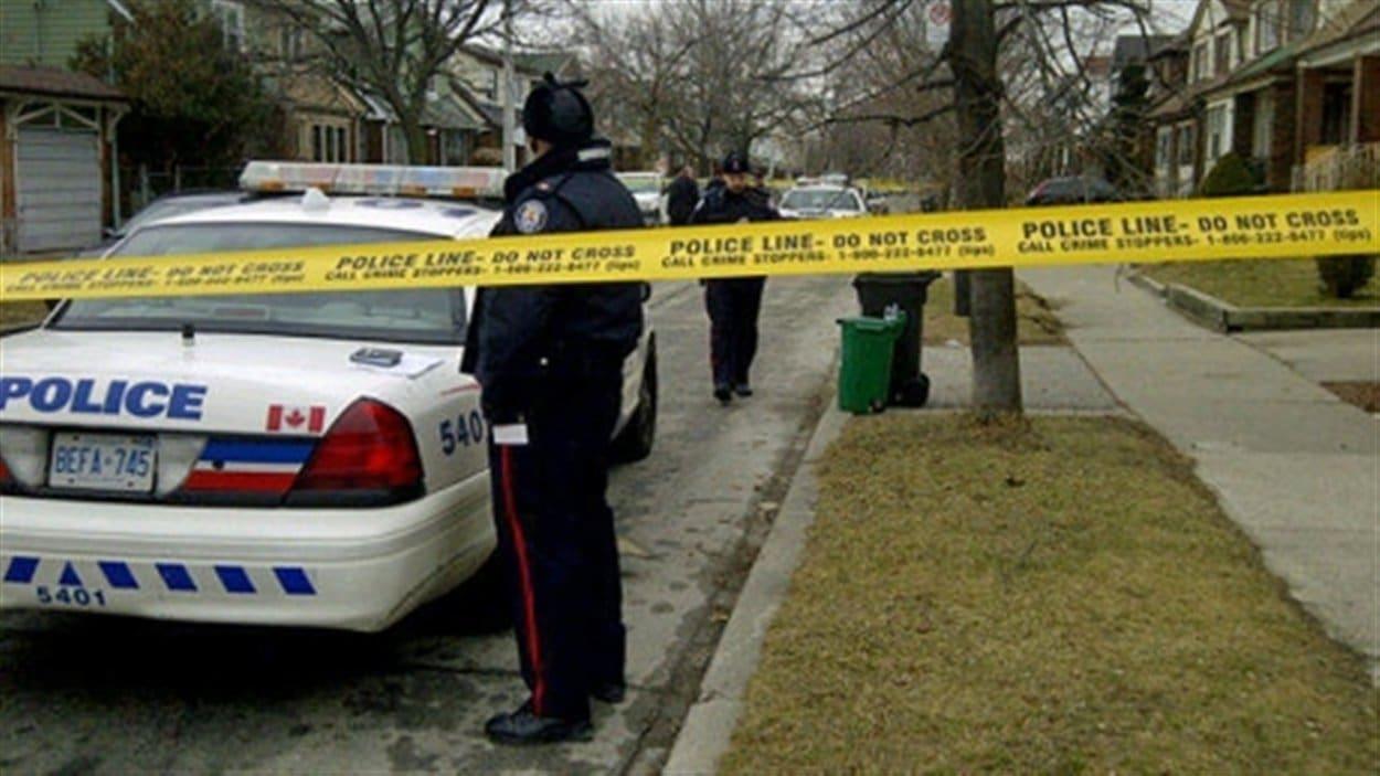 Sept policiers entouraient Michael Eligon.